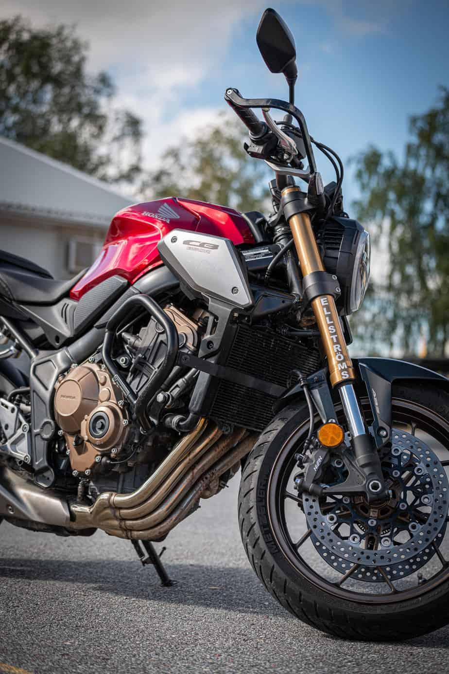 Skinande motorcykel som illustrerar Ellströms motorcykelutbildningar